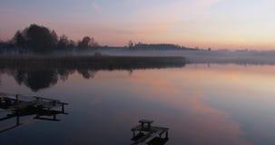 在水的平安的日落 在前景的码头 农村的横向 影视素材