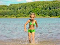 在水的愉快的儿童运行 免版税库存图片