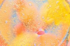 在水的抽象宏观背景的油 免版税库存图片