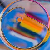 在水的抽象宏观背景的油 免版税库存照片