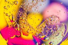 在水的抽象宏观背景的油 免版税图库摄影