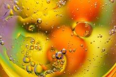 在水的抽象宏观背景的油 库存图片