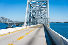在水的桁架桥 图库摄影