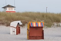在水的海滩睡椅 免版税库存图片