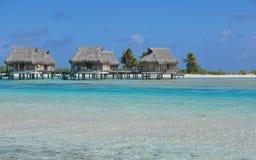 在水的热带平房在盐水湖 免版税库存照片