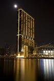 在水的现代大厦在晚上 免版税图库摄影