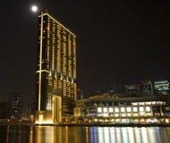 在水的现代大厦在晚上 库存图片