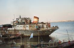 在水的生锈的船 库存照片