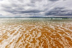 在水的被覆盖的温暖的海景 免版税库存图片