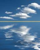 在水的镇静云彩 免版税库存图片