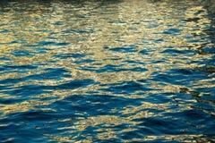 在水的闪烁的光 免版税库存照片