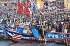 在水的非洲鱼市在Elmina 免版税库存照片