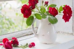 在水罐的英国兰开斯特家族族徽在窗台 免版税库存照片