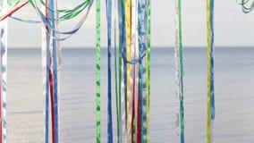 在水背景的五颜六色的丝带  影视素材