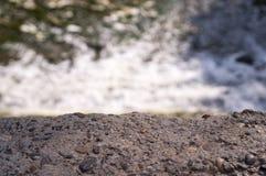 在水背景的石桌 自然 图库摄影