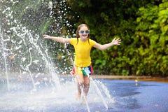 在水色公园的孩子 儿童池体育运动游泳水 库存图片