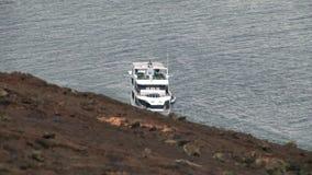 在水表面背景的游艇在海岸附近的在太平洋 股票录像