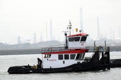 在水路的推挤小船在鹿特丹和Northsea附近 库存照片