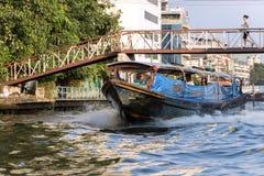 在水运河的公共交通工具小船,曼谷 免版税库存照片