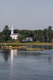 在水附近的教会 免版税库存照片