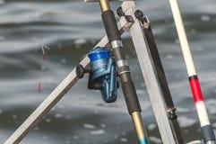 在水附近的蓝色钓鱼竿 免版税库存图片