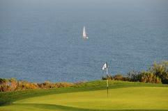 在水附近的路线高尔夫球 库存图片