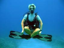 在水面下失重的潜水员 免版税图库摄影