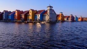 在水,格罗宁根,荷兰的意想不到的五颜六色的大厦 库存图片