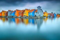 在水,格罗宁根,荷兰,欧洲的意想不到的五颜六色的大厦 免版税库存图片