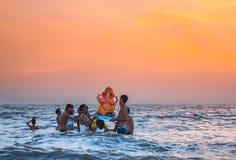 在水, Juhu海滩,孟买,印度的Ganesha阁下节日 免版税图库摄影