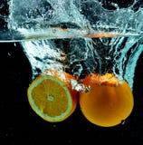 在水01的橙色果子飞溅 库存图片