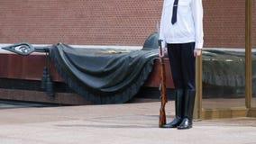 在永恒火焰附近的战士在纪念无名英雄墓二战的在红场的在莫斯科 ?? 影视素材