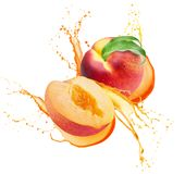 在汁液的桃子在白色背景飞溅隔绝 库存照片