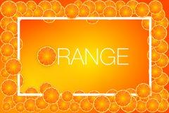 在汁液的橙色果子切片在黄色背景,例证 库存图片