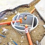 在汇编期间的腐败的混凝土罐在意大利建造场所 库存照片