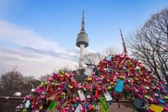 在汉城塔的爱挂锁 库存图片