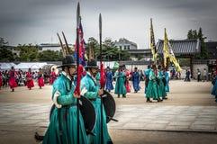 在汉城宫殿附近门的皇家卫兵  免版税库存照片