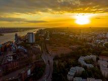 在汉堡包港口的日落 图库摄影