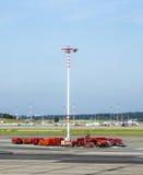 在汉堡机场围裙的通信和光帆柱  免版税库存照片