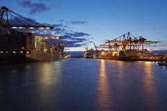 在汉堡港口的集装箱船 库存图片
