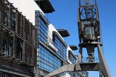 在汉堡港的历史港口起重机  库存照片