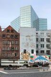 在汉堡矮小和创造性的地区附近的现代和老建筑组合 免版税库存照片