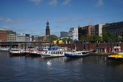 在汉堡码头的小船 免版税库存图片