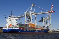 在汉堡被装载的集装箱船。 图库摄影