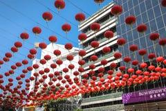 在汉字的Colorfulred灯笼在唐人街,曼谷,泰国 库存照片