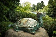在汉密尔顿花园NZ的古铜色乌龟雕象 库存图片