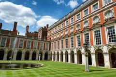 在汉普顿法院宫殿的喷泉法院在伦敦附近 免版税库存照片