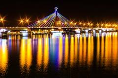 在汉江桥梁的晚上在岘港 免版税库存照片