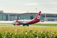 在汉莎航空公司飞机棚前面的AirBerlin飞机在斯图加特机场 免版税图库摄影
