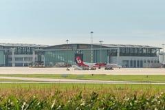 在汉莎航空公司飞机棚前面的AirBerlin飞机在斯图加特机场 免版税库存图片